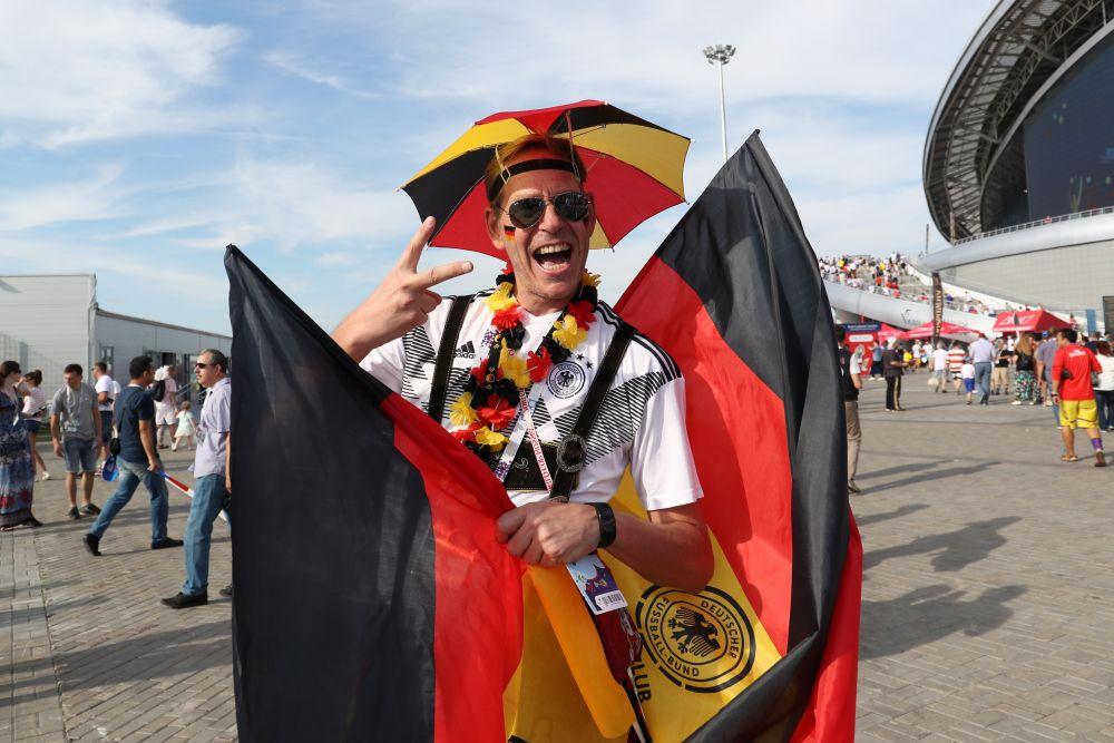 Немецкие фанаты шли не стадион, еще не зная, что произойдет.