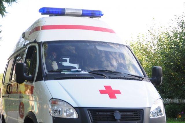 Мащина скорой помощи застряла на пути к пациенту из труднодоступной деревни.