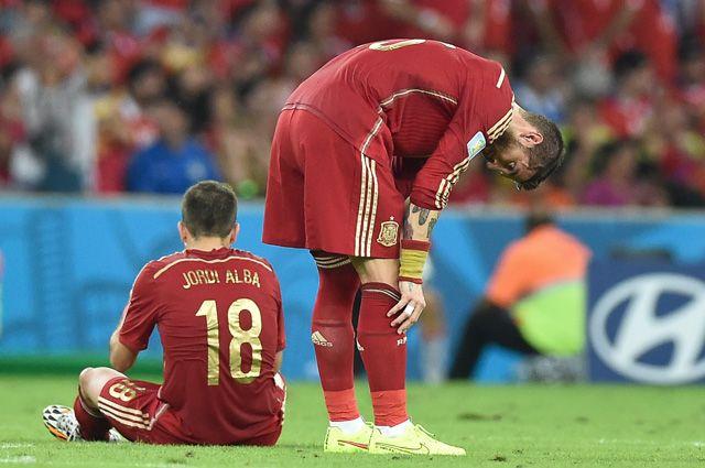 Игроки сборной Испании Хорди Альба (слева) и Серхио Рамос в матче ЧМ-2014.