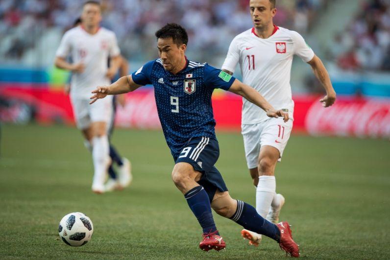 Нападающий Синдзи Окадзаки на первых же минутах матча бросился уводить у поляков мяч.