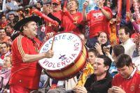 Испанец Маноло на матчи приходит всегда со своим барабаном.