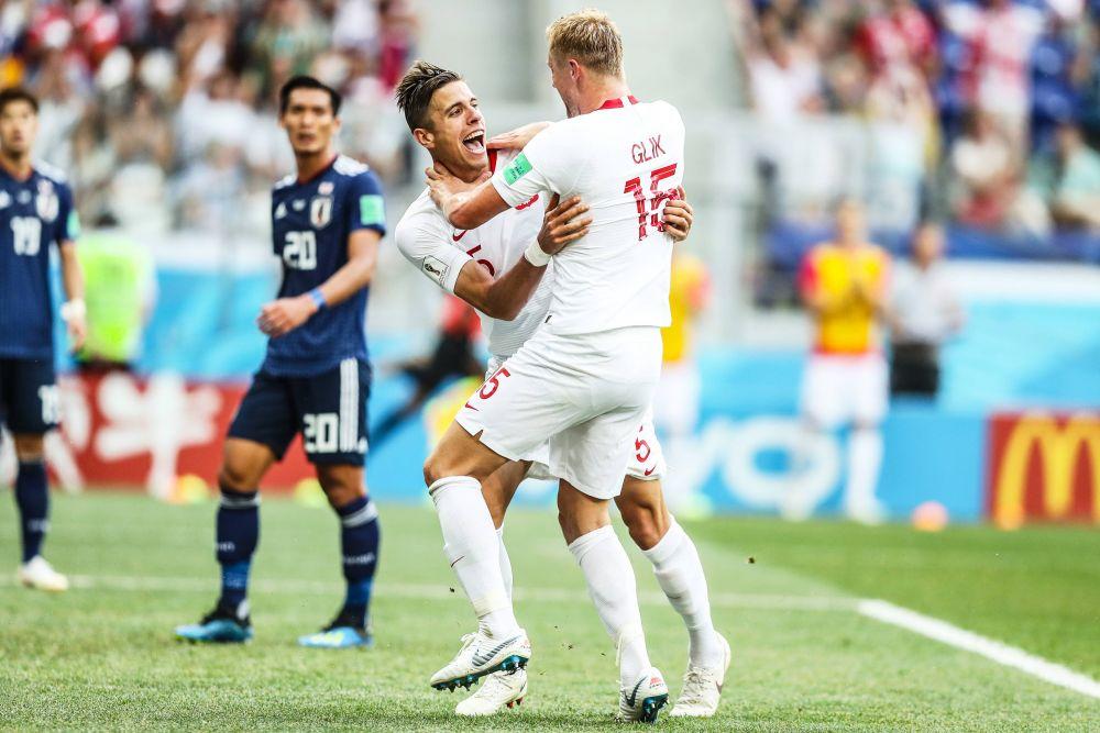 Игроки сборной Польши радуются забитому ими голу.