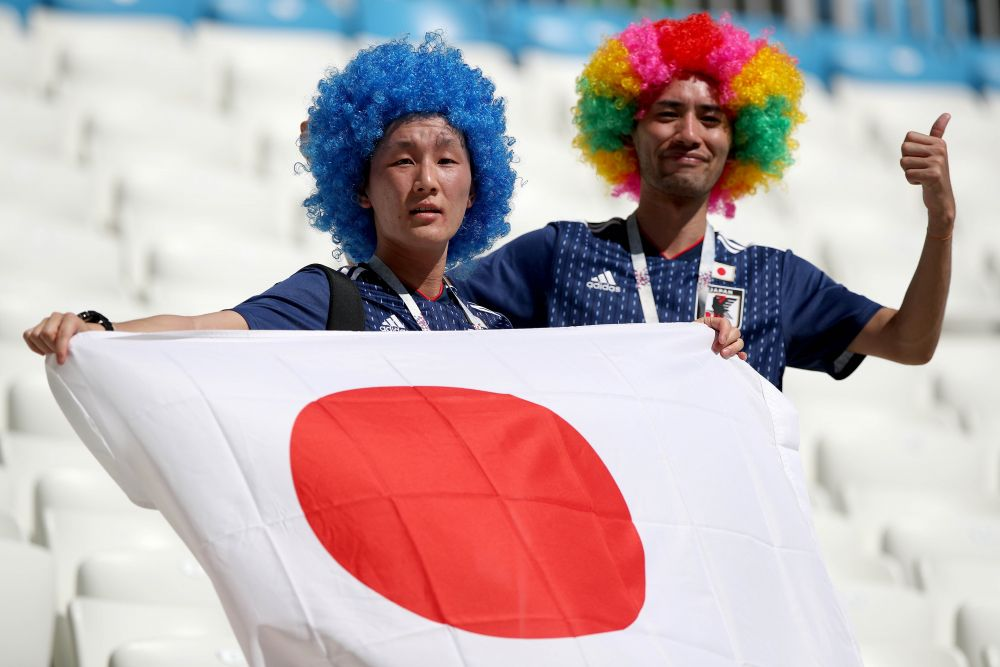 На стадион многие японцы пришли с флагами своей страны.