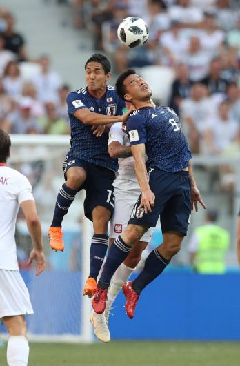 Нападающий Синдзи Окадзаки не дает противнику приблизиться к мячу.