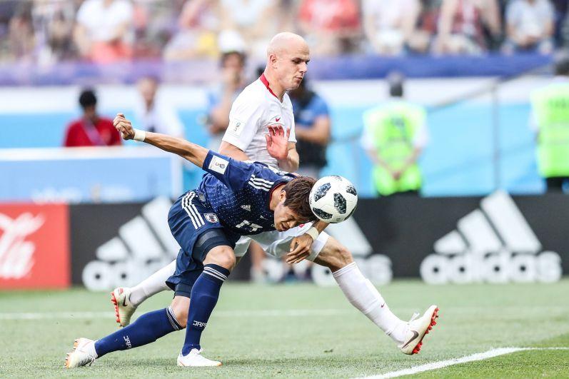Японский защитник Хироки Сакаи делает пас головой.