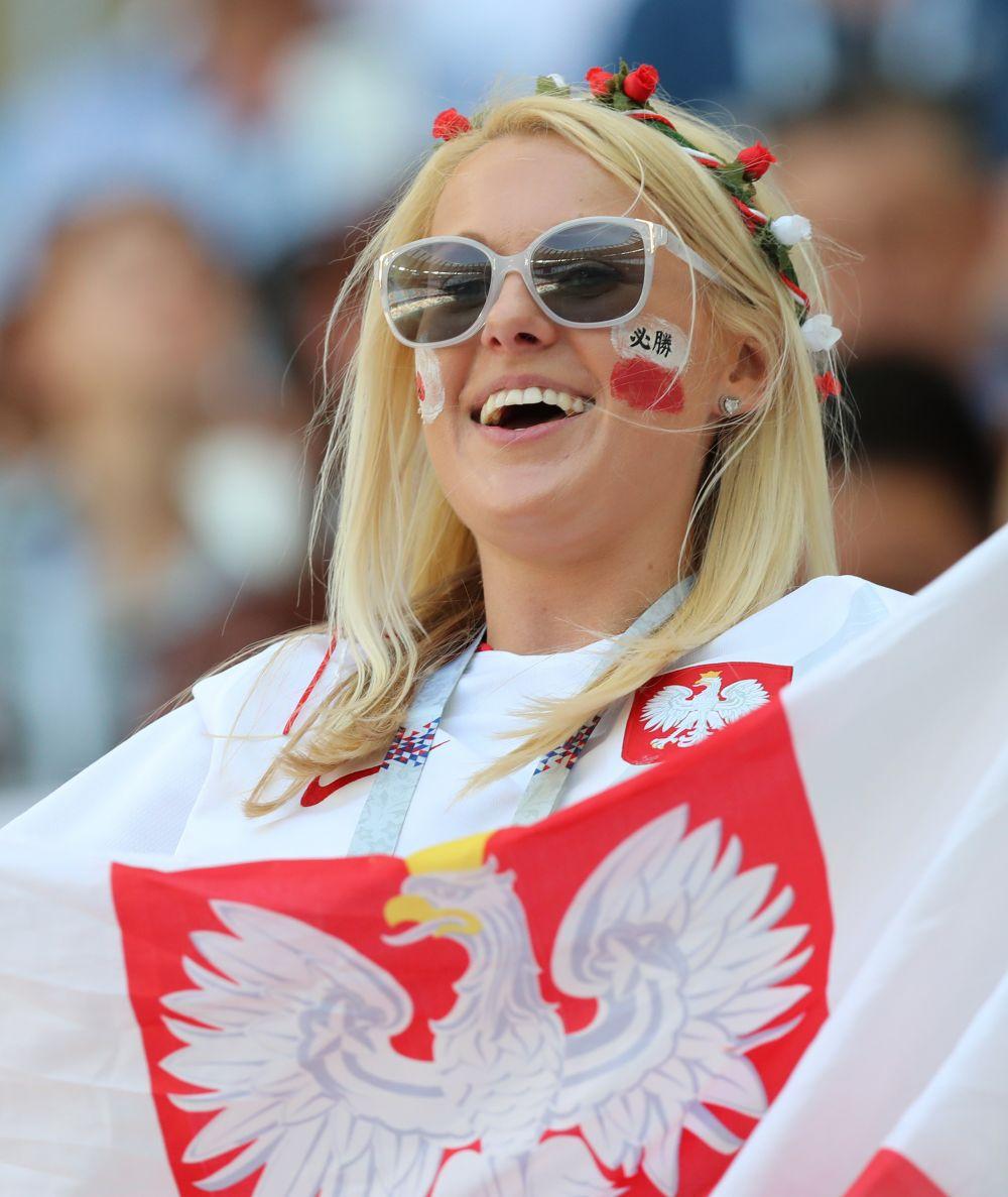 Болельщица сборной Польши даже аксессуары подобрала в цветовой гамме флага своей страны.