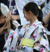 Болельщики рассматривают японку в кимоно.