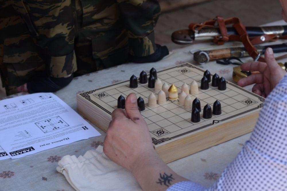 Все желающие могли сыграть в древнерусскую игру тавалеи. Не умеете? Ничего страшного! Здесь было кому объяснить правила и научить играть.