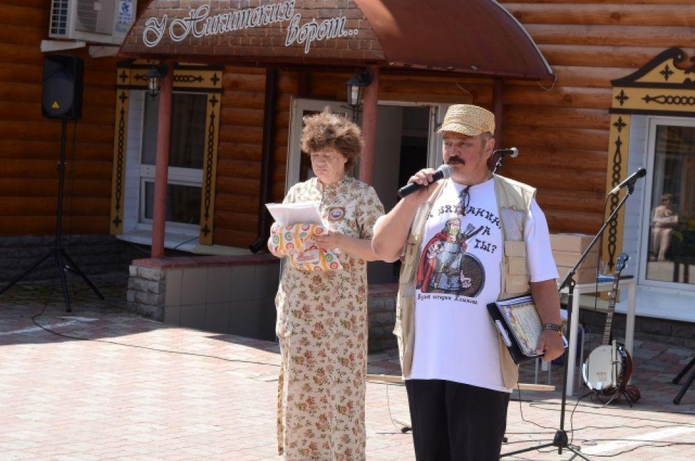 Организатор музея Валерий Федяев в этот день не только получал подарки, но и дарил сам, отметив верных друзей музея истории Хлынова.
