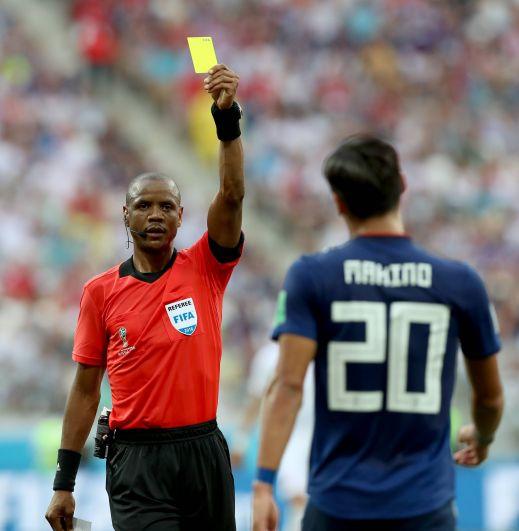 Сборная Японии получила желтую карточку за то, что ее защитник Томоаки Макино схватил противника за футболку.