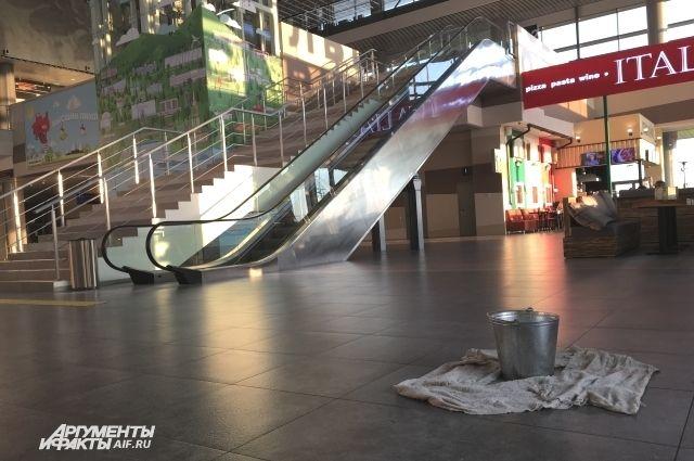 Жители Перми бурно обсуждают фотографии вёдер и тряпок на полу в здании аэровокзала.