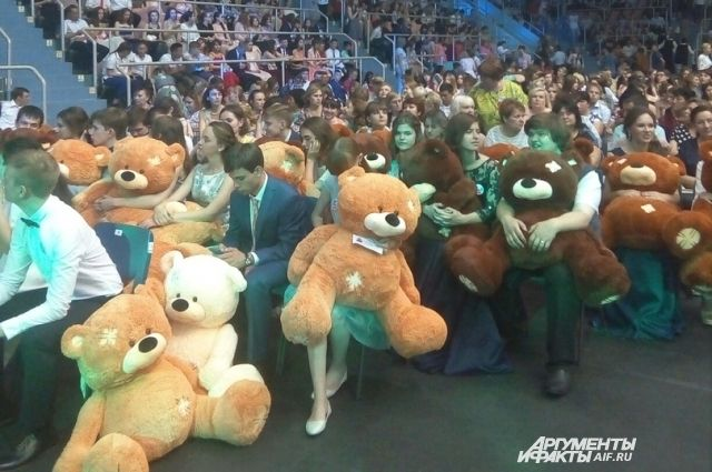«Золотая» молодежь: в Оренбурге идет губернаторский бал выпускников.