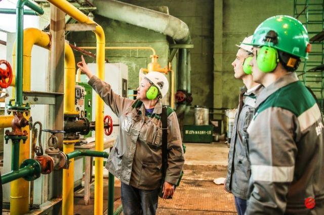 Студенты на практике на заводе.