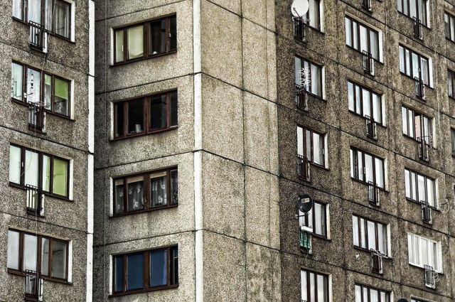 В Тюмени СК установил личность мужчины, выпавшего из окна по улице Бушуева