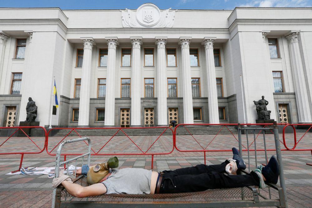 Активист перед зданием украинского парламента в Международный день в поддержку жертв пыток, Киев, Украина.