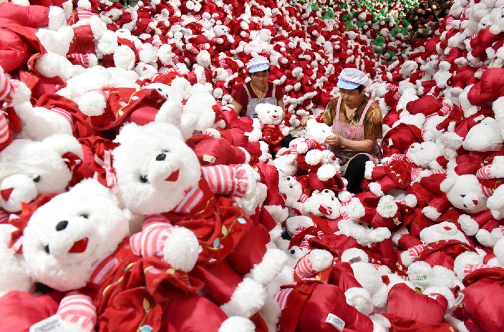 Рабочие на заводе игрушек в Линьи, Китай.