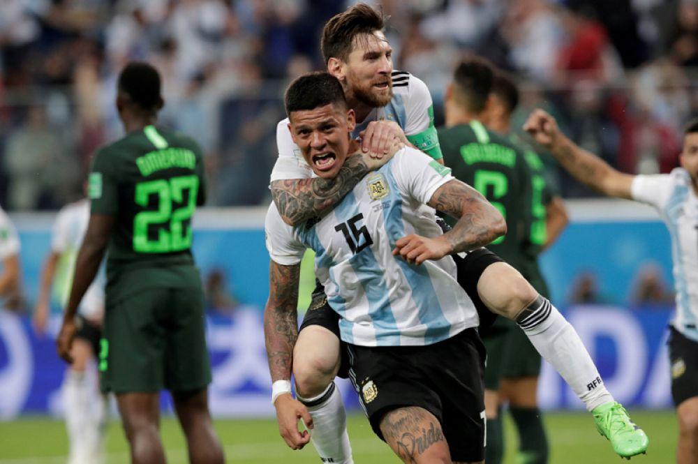 Игроки сборной Аргентины Маркос Рохо и Лионель Месси радуются второму забитому голу в матче с Нигерией, Санкт-Петербург.