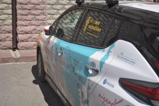 Марек Каминский путешествует на электромобиле.