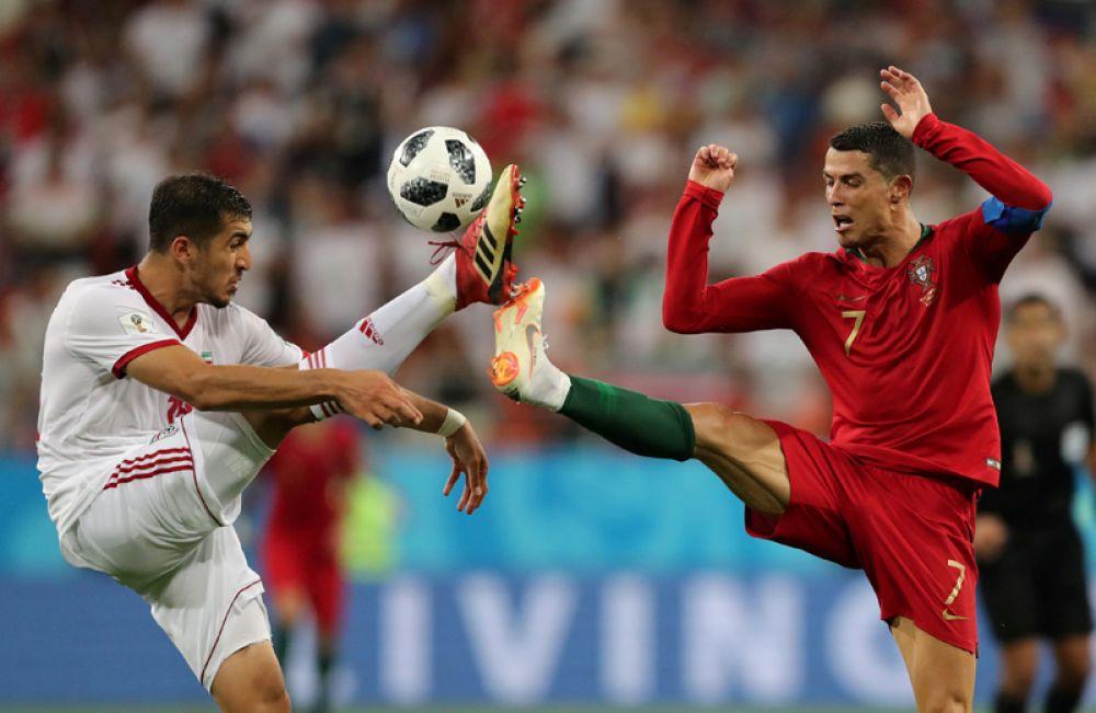 Маджид Хоссейни и Криштиану Роналду во время матча между Ираном и Португалией на стадионе в Саранске.