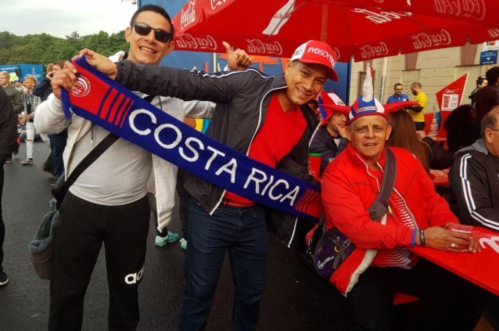Фанаты приходят на Конюшенную площадь, чтобы посмотреть матчи и поддержать свою команду.