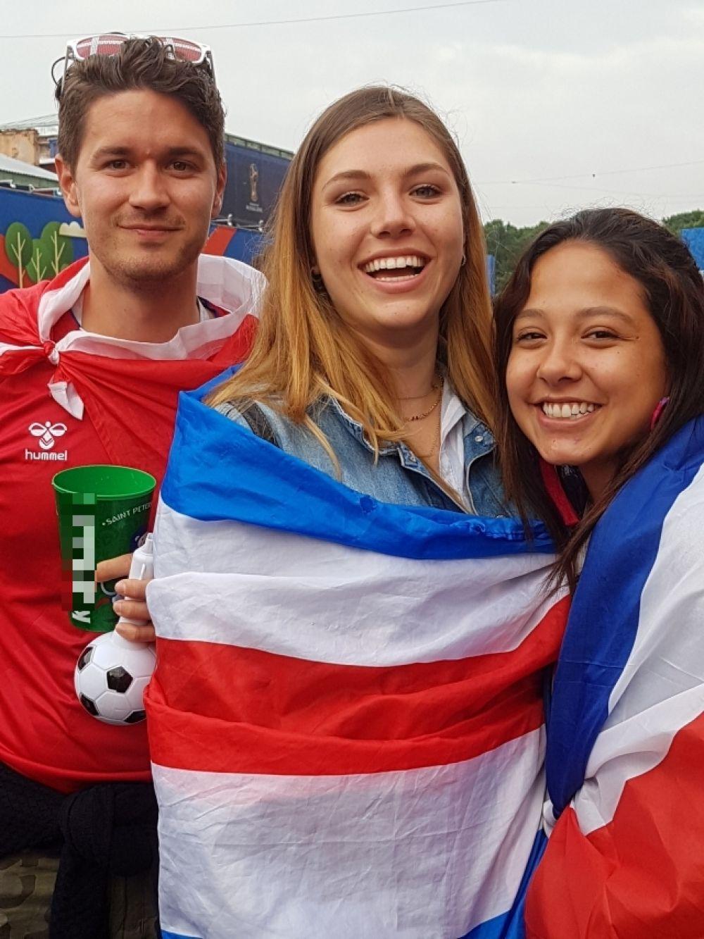 Болельщики приносят в фан-зону национальные флаги.