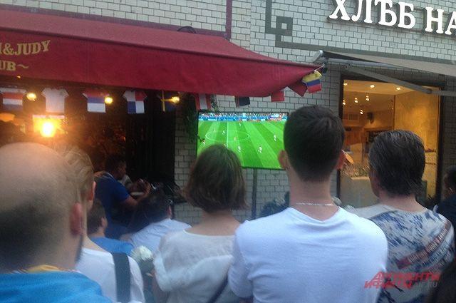 Кафе и бары дополнительно устанавливали экраны и телевизоры во дворах и на улицах, чтобы привлечь максимум болельщиков. И люди потянулись.
