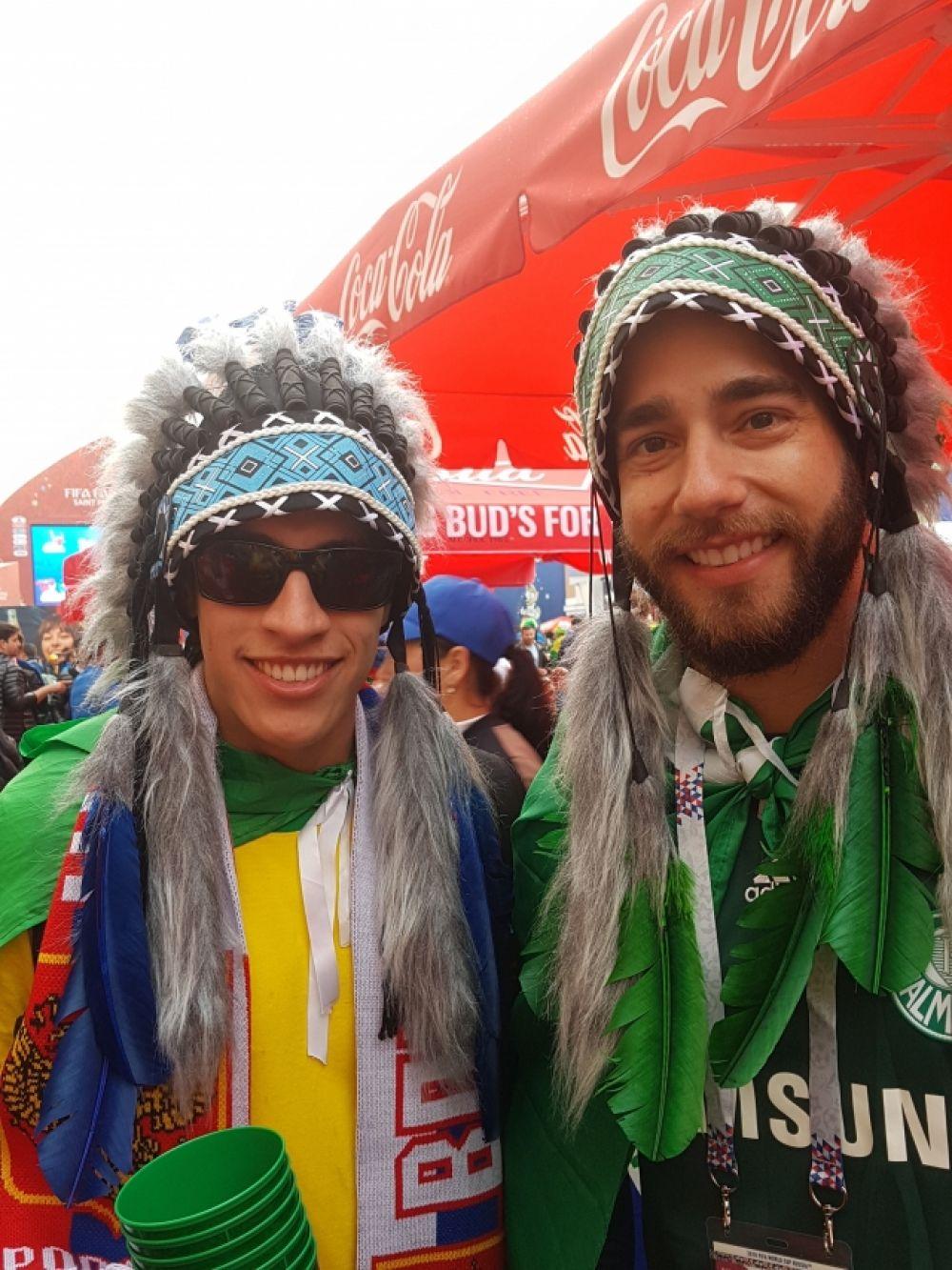 Многие приходят в фан-зону в ярких костюмах.