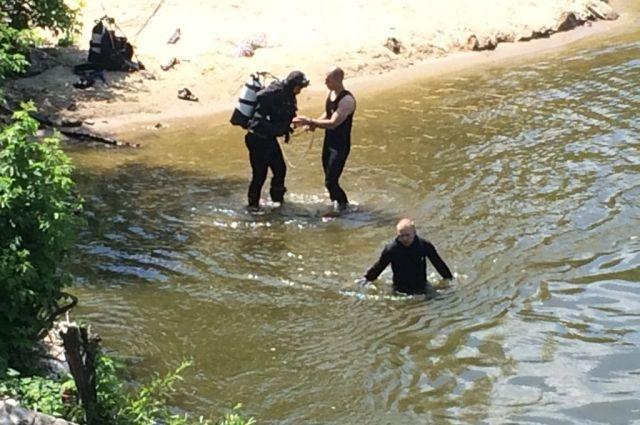 Спасатели обследовали дно реки.