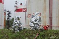 Тушение пожара на нефтебазе требует как специального оборудования, так и особых защитных костюмов.