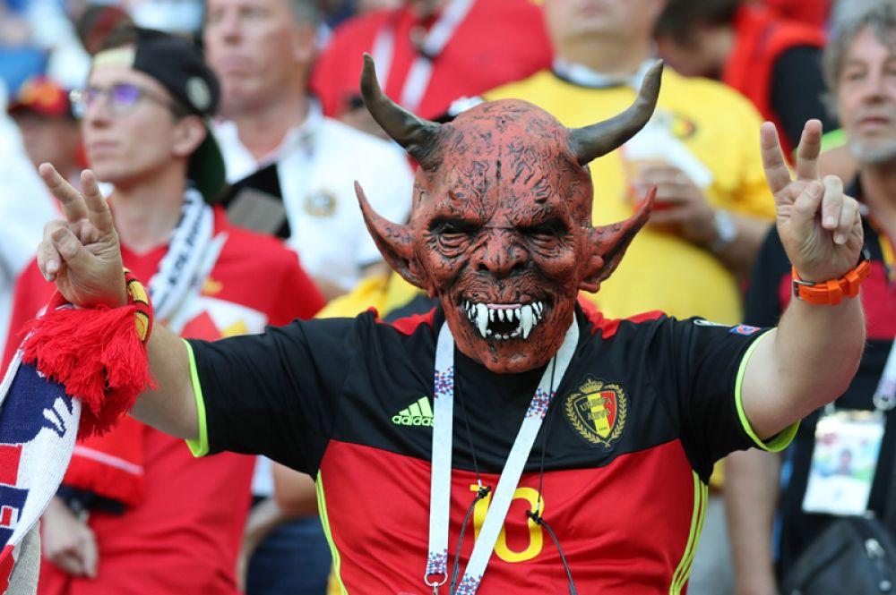 Болельщик из Бельгии позирует фотографам перед матчем между сборными Англии и Бельгии в Калининграде.