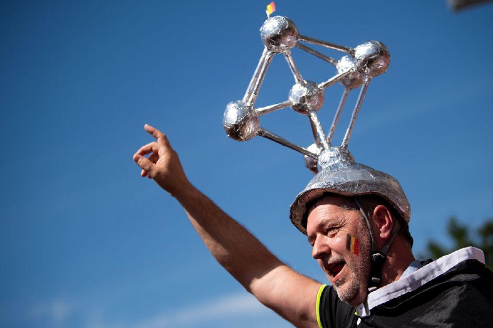 Болельщик из Бельгии с моделью Атомиума (одна из главных достопримечательностей и символ Брюсселя) на голове.