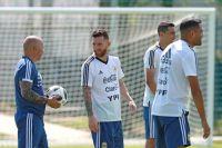Главный тренер Хорхе Сампаоли и Лионель Месси на тренировке сборной Аргентины перед матчем 1/8 финала чемпионата мира по футболу против сборной Франции.