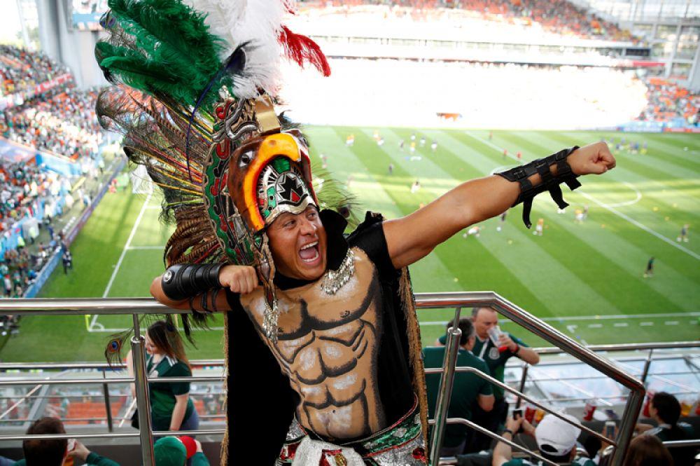 Мексиканский фанат перед матчем с Колумбией в Екатеринбурге.