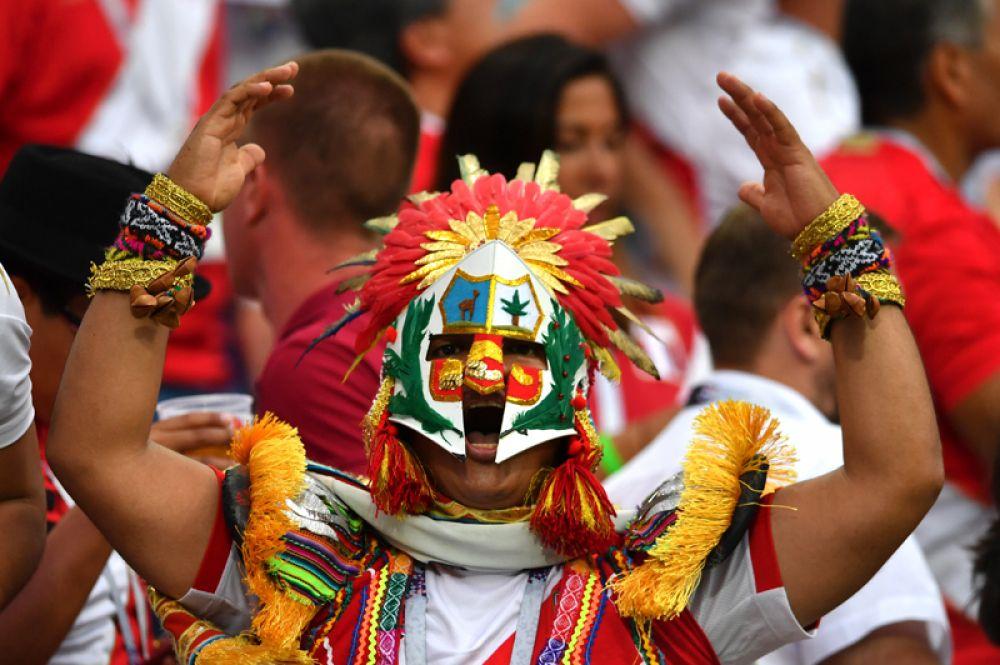 Болельщик из Перу после матча между сборными Австралии и Перу в Сочи.