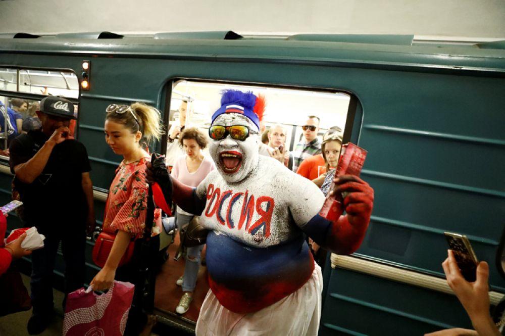 Болельщик России из Камеруна в московском метро.