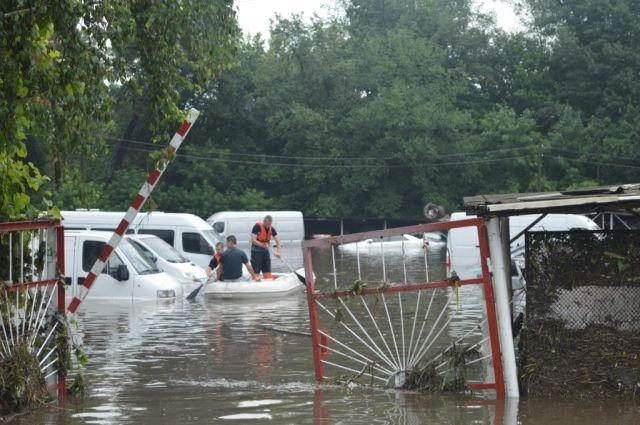 Часть Чернигова затопило водой: спасатели эвакуируют людей