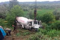 У Черновцов произошло ужасное ДТП: перевернулся бетоновоз, есть погибший