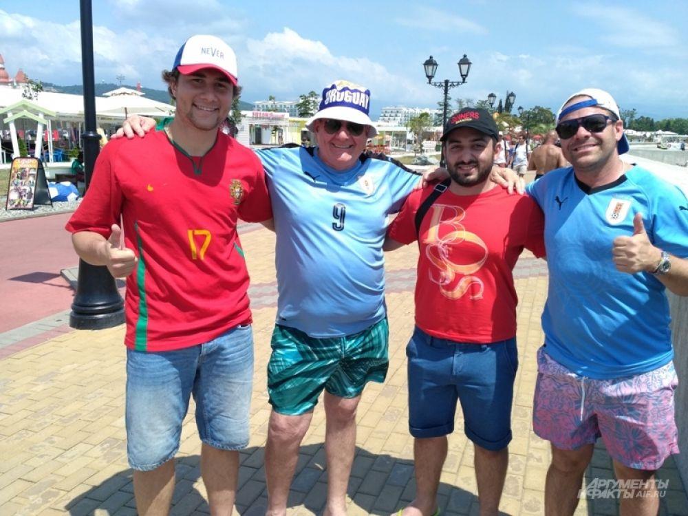 Пабло Саламано (справа) и его отец Карлос (второй слева) верят в Уругвай - Карлос забронировал отели и купил билеты до финала чемпионата.