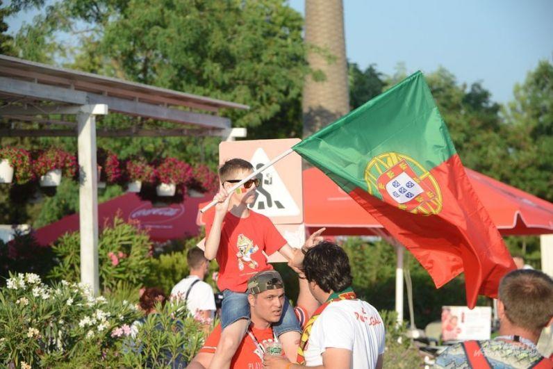 Португальцев на матче гораздо меньше.