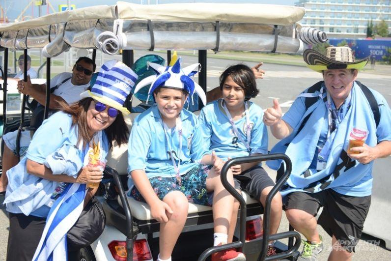 Болельщики из Уругвая, которых в Сочи явно больше португальцев, передвигаются по Олимпийскому парку не только пешком, но и на электромобилях.