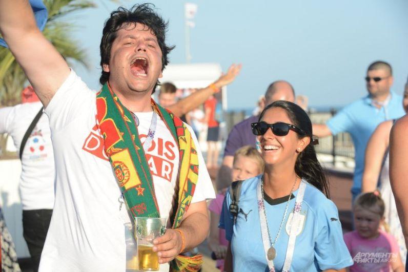 Редкий португальский фанат пытается переубедить болельщицу сборной Уругвая, похоже, безуспешно.