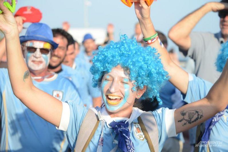 Многие уругвайцы пришли на игру в голубых париках.