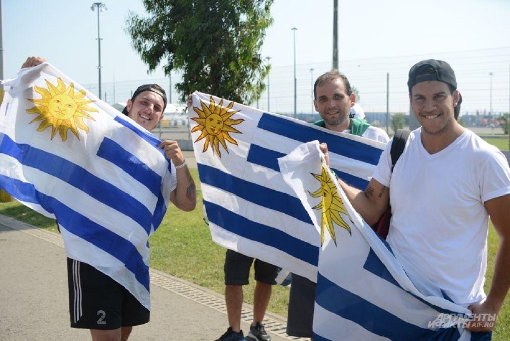 Болельщики сборной Уругвая с национальными флагами.