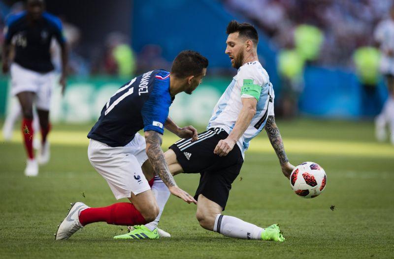 Лео в борьбе за мяч.