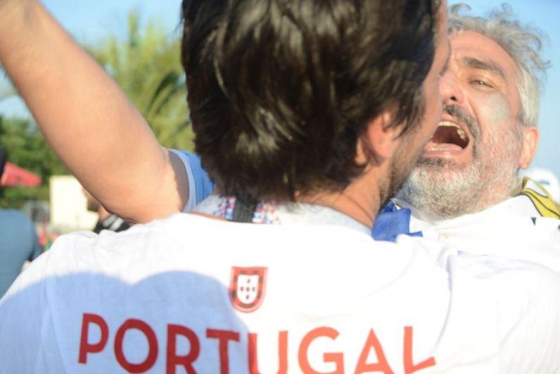 Эмоции у болельщиков перед матчем - через край.