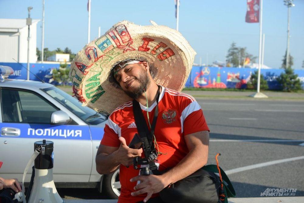 Болельщик сборной России болеет за Мексику, видимо, ошибся стадионом или днем.