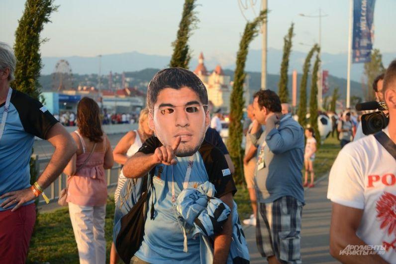 Это, конечно, не сам Луис Суарес, а просто болельщик сборной в его маске. И показывает он сколько мячей забьет сегодня форвард Барселоны.