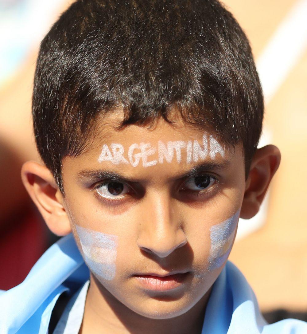 Юный болельщик Аргентины настроен серьезно.