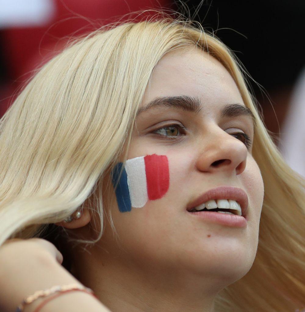 Фанатка сборной Франции с триколором на щеке.