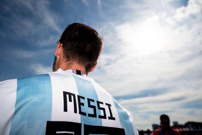Футболка с номером и фамилией Месси - пожалуй, самый популярный у фанатов сборной Аргентины наряд.